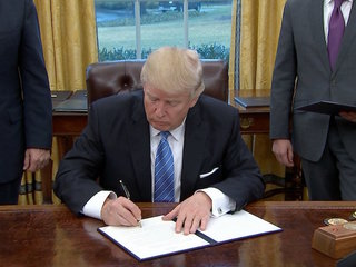 Trump signs order withdrawing from TPP deal